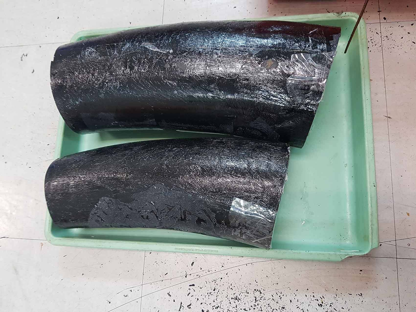 Gần 10kg ngà voi được nguỵ trang trong thùng hàng chứa tôm hùm, cá khô - Ảnh 2.