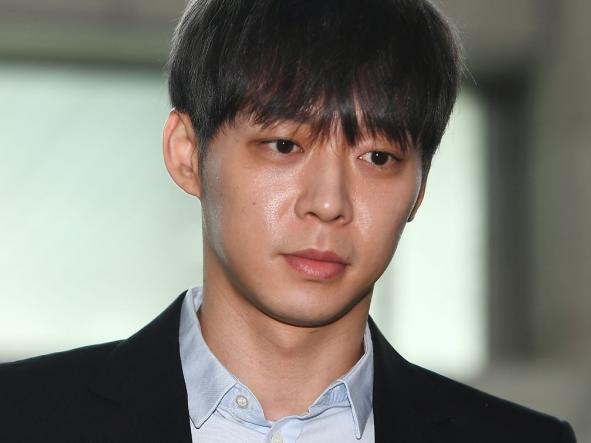 Khi fan Seungri và fan Yoochun khẩu chiến gay gắt, C-Jes đã chính thức xóa sổ hình ảnh của Yoochun trên website - Ảnh 3.