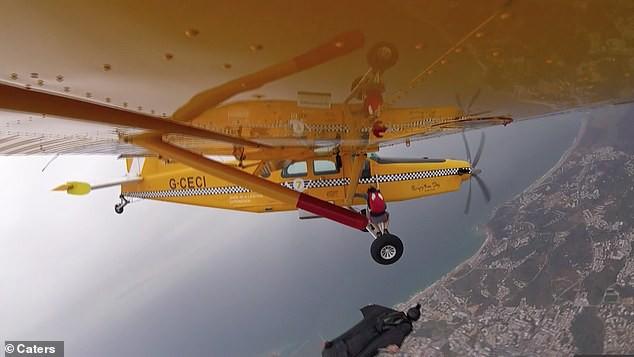 Clip: Thanh niên mạo hiểm tính mạng đu càng máy bay để lấy một trái chuối - Ảnh 4.