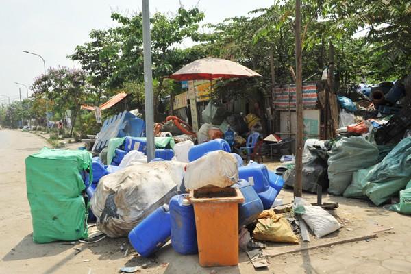 Nhiều mối nguy khó lường từ những kho tập kết phế thải nhựa khổng lồ ở làng Triều Khúc - Ảnh 1.