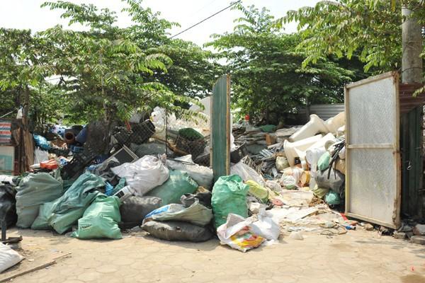 Nhiều mối nguy khó lường từ những kho tập kết phế thải nhựa khổng lồ ở làng Triều Khúc - Ảnh 2.