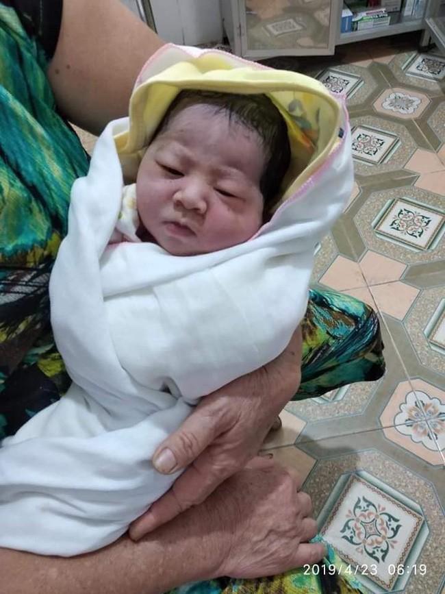 Thái Nguyên: Bé gái 3,1 kg còn nguyên dây rốn bị bỏ rơi tại bãi rác trong tình trạng sức khỏe yếu ớt - Ảnh 1.
