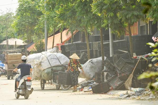 Nhiều mối nguy khó lường từ những kho tập kết phế thải nhựa khổng lồ ở làng Triều Khúc - Ảnh 3.