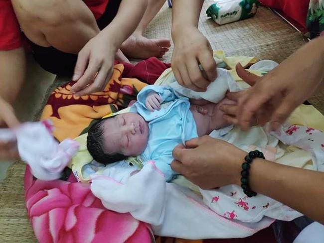 Thái Nguyên: Bé gái 3,1 kg còn nguyên dây rốn bị bỏ rơi tại bãi rác trong tình trạng sức khỏe yếu ớt - Ảnh 3.