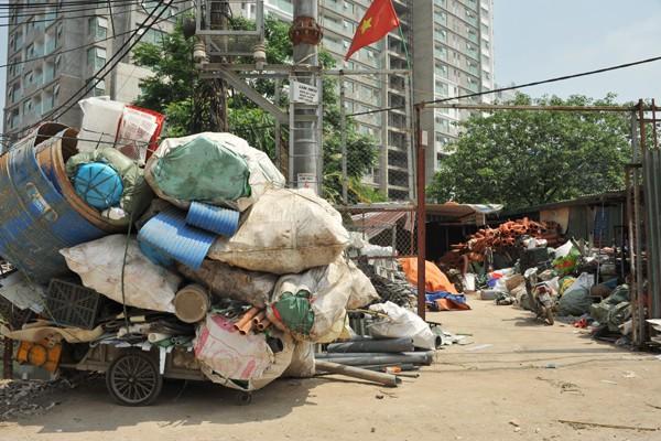 Nhiều mối nguy khó lường từ những kho tập kết phế thải nhựa khổng lồ ở làng Triều Khúc - Ảnh 4.