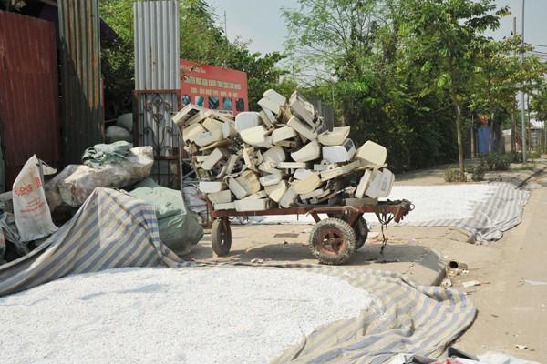 Nhiều mối nguy khó lường từ những kho tập kết phế thải nhựa khổng lồ ở làng Triều Khúc - Ảnh 5.
