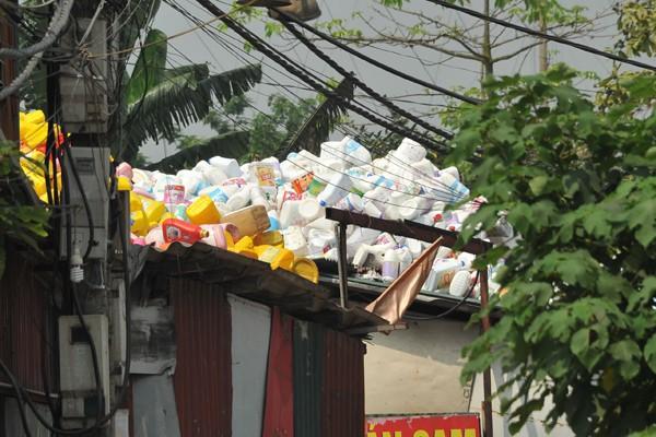 Nhiều mối nguy khó lường từ những kho tập kết phế thải nhựa khổng lồ ở làng Triều Khúc - Ảnh 6.