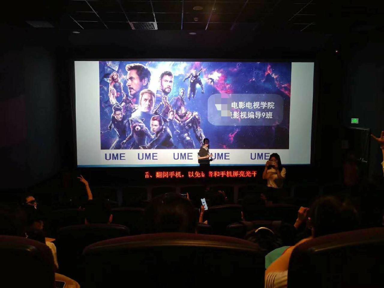 Cô giáo phá đảo MXH khi ra tay bao nguyên rạp phim và thuê xe đưa đón cả lớp xem Avengers: End game - Ảnh 1.