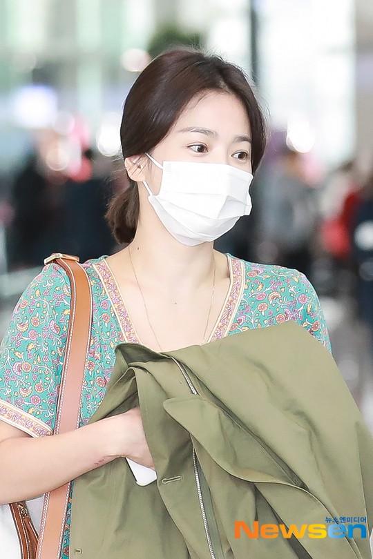 Báo Hàn đặt nghi vấn Song Hye Kyo không đeo nhẫn, nhưng vết bầm cùng hành động lấy áo che đi của cô mới gây chú ý - Ảnh 3.