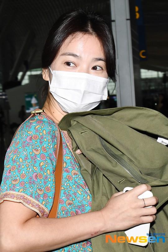 Báo Hàn đặt nghi vấn Song Hye Kyo không đeo nhẫn, nhưng vết bầm cùng hành động lấy áo che đi của cô mới gây chú ý - Ảnh 5.