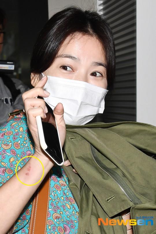 Báo Hàn đặt nghi vấn Song Hye Kyo không đeo nhẫn, nhưng vết bầm cùng hành động lấy áo che đi của cô mới gây chú ý - Ảnh 7.