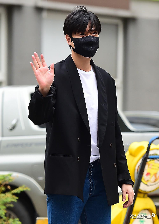 Xa showbiz đã lâu Lee Min Ho chẳng còn thiết tha chải chuốt đến mức mặt béo, gàu thì rơi lả tả xuống áo thế này? - Ảnh 4.