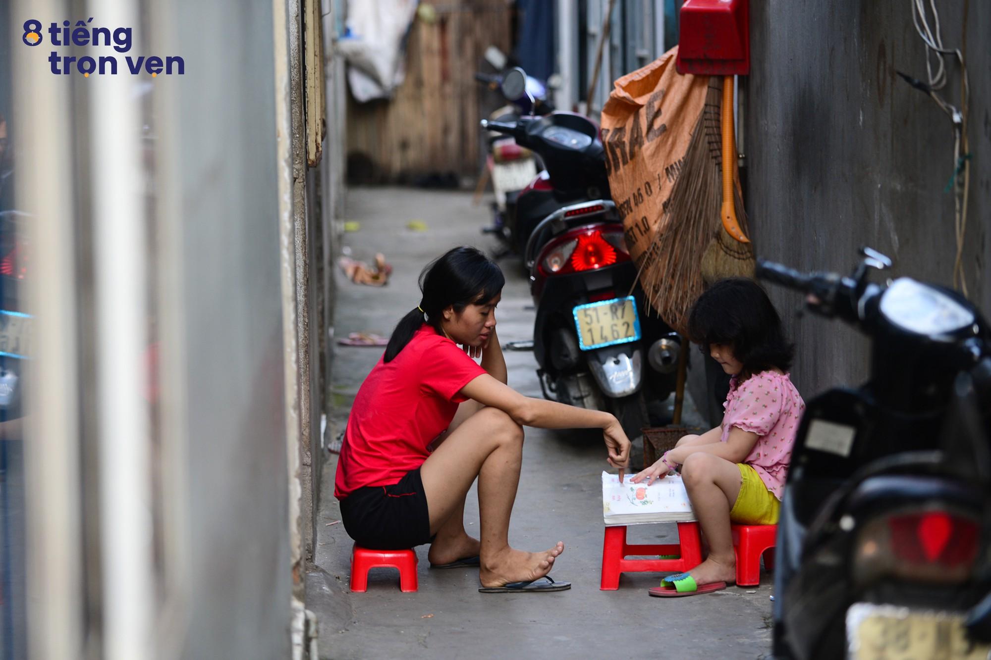8 tiếng trọn vẹn - Bộ ảnh đầy cảm xúc về cuộc sống mưu sinh hối hả của những công nhân Sài Gòn sau giờ tan ca - Ảnh 10.