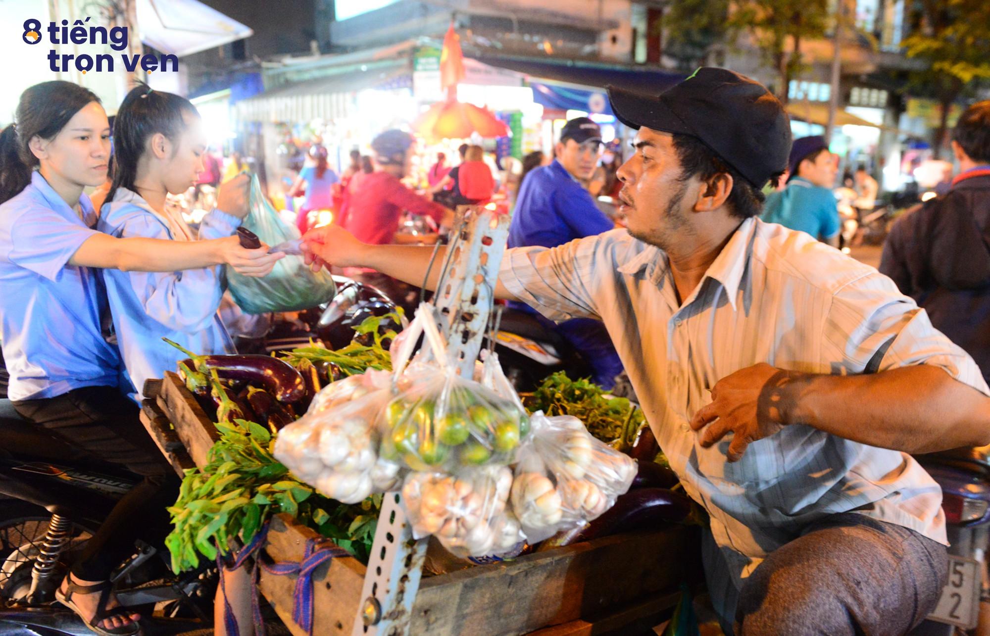 8 tiếng trọn vẹn - Bộ ảnh đầy cảm xúc về cuộc sống mưu sinh hối hả của những công nhân Sài Gòn sau giờ tan ca - Ảnh 11.