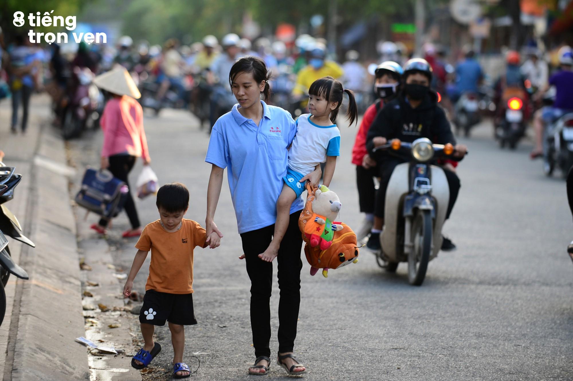 8 tiếng trọn vẹn - Bộ ảnh đầy cảm xúc về cuộc sống mưu sinh hối hả của những công nhân Sài Gòn sau giờ tan ca - Ảnh 8.
