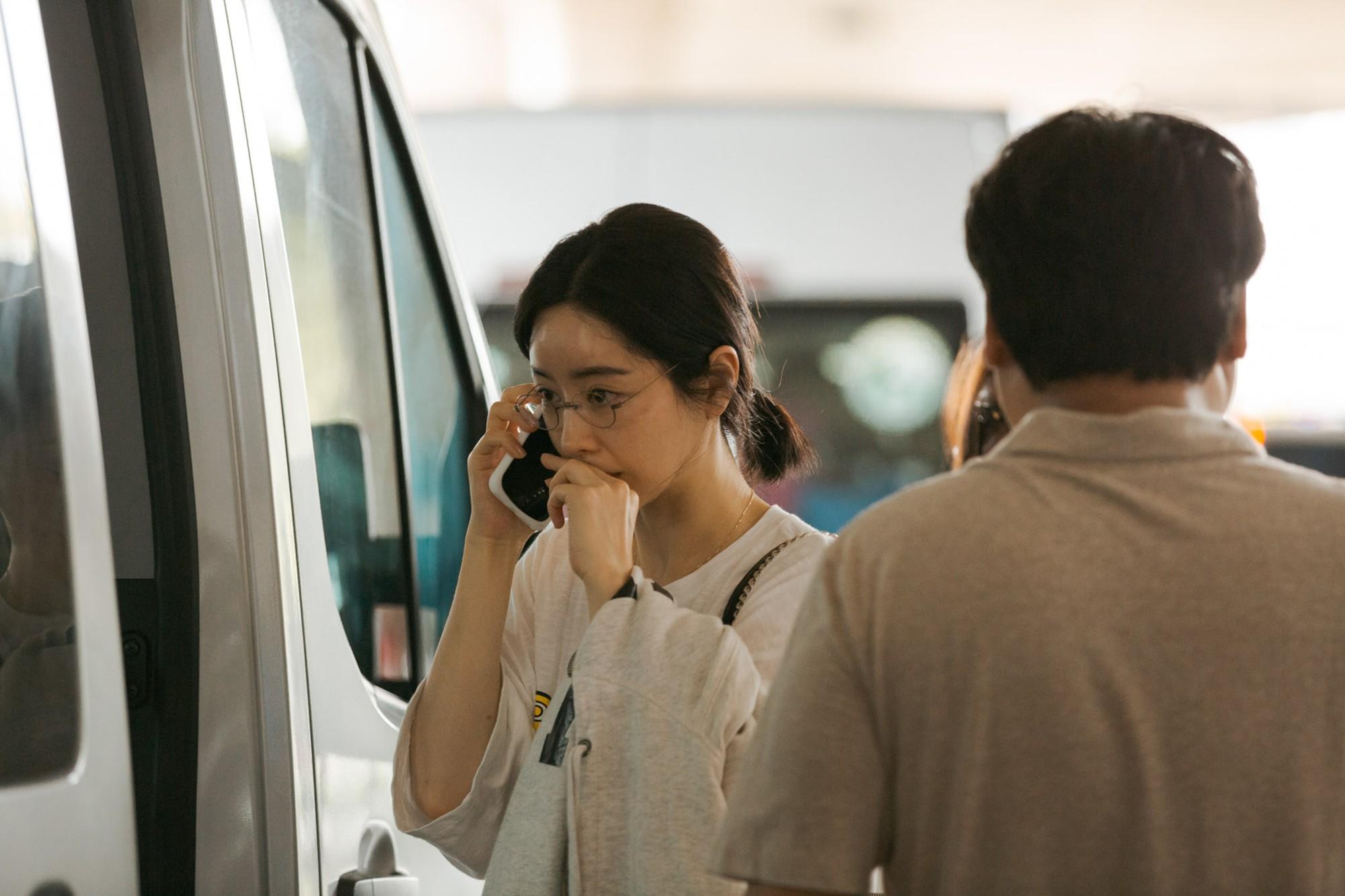 Phạm Băng Băng xứ Hàn mặt mộc quá đỉnh, cặp đôi tài tử Jumong vừa chia tay đã sóng đôi tại sân bay Tân Sơn Nhất - Ảnh 1.