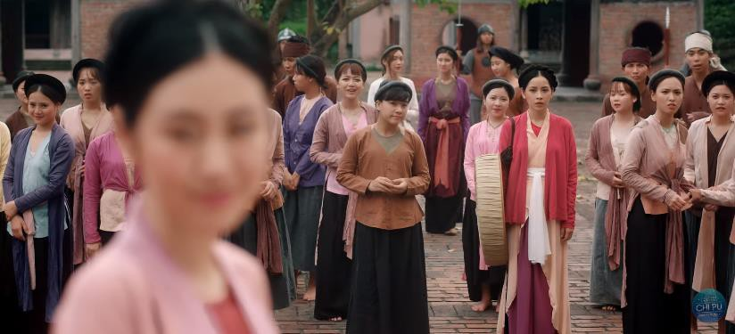 Bắt gặp 3 thuyết âm mưu trong MV Anh Ơi Ở Lại: Chi Pu chơi lớn mời Lisa (Black Pink) làm cameo? - Ảnh 1.