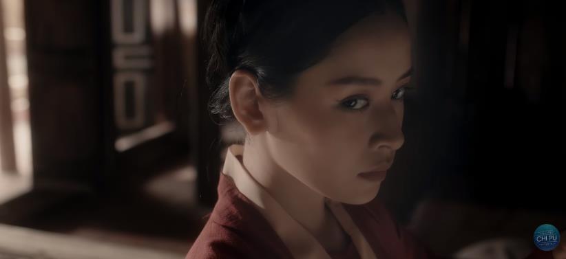 Bắt gặp 3 thuyết âm mưu trong MV Anh Ơi Ở Lại: Chi Pu chơi lớn mời Lisa (Black Pink) làm cameo? - Ảnh 15.