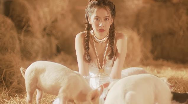 Bắt gặp 3 thuyết âm mưu trong MV Anh Ơi Ở Lại: Chi Pu chơi lớn mời Lisa (Black Pink) làm cameo? - Ảnh 16.