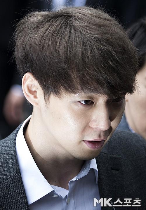 Yoochun chính thức bị bắt vì tội sử dụng ma túy: Khi đến tươi tỉnh khi về tiều tuỵ, tay bị còng và trói bằng dây thừng - Ảnh 4.
