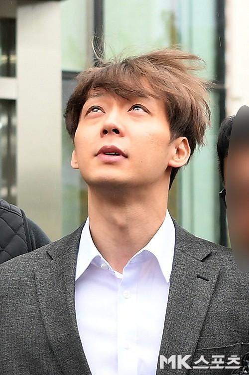 Yoochun chính thức bị bắt vì tội sử dụng ma túy: Khi đến tươi tỉnh khi về tiều tuỵ, tay bị còng và trói bằng dây thừng - Ảnh 11.
