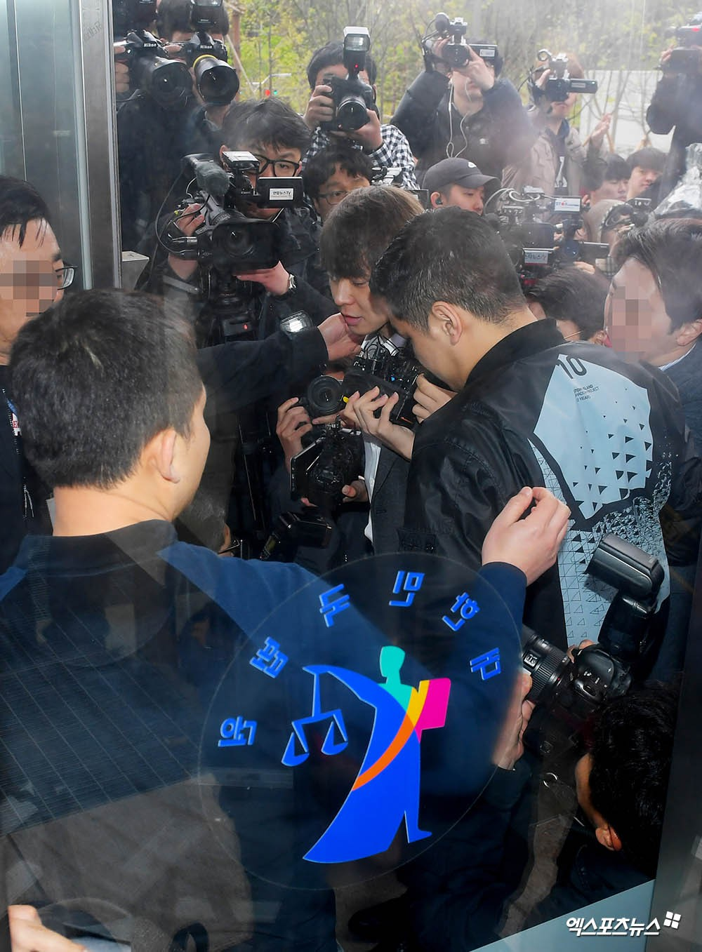 Yoochun chính thức bị bắt vì tội sử dụng ma túy: Khi đến tươi tỉnh khi về tiều tuỵ, tay bị còng và trói bằng dây thừng - Ảnh 13.