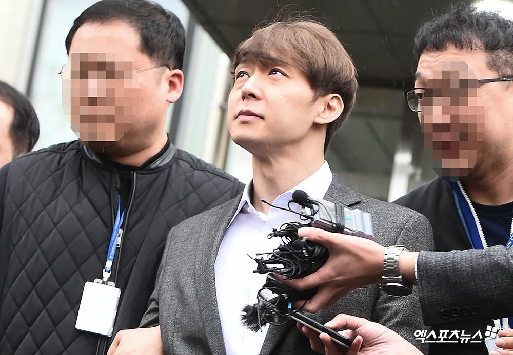 Yoochun chính thức bị bắt vì tội sử dụng ma túy: Khi đến tươi tỉnh khi về tiều tuỵ, tay bị còng và trói bằng dây thừng - Ảnh 10.