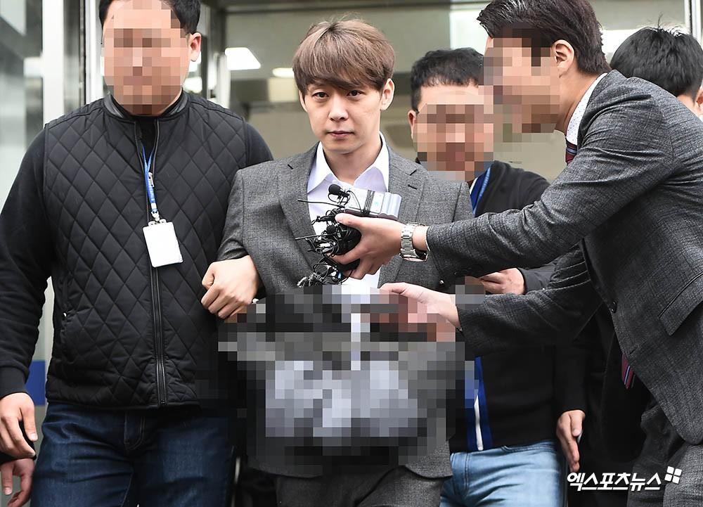 Yoochun chính thức bị bắt vì tội sử dụng ma túy: Khi đến tươi tỉnh khi về tiều tuỵ, tay bị còng và trói bằng dây thừng - Ảnh 9.