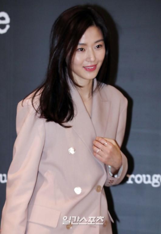 Mợ chảnh Jeon Ji Hyun gây náo loạn vì nhan sắc cực phẩm tại sự kiện, nhưng netizen lại chỉ chú ý đến chiếc nhẫn - Ảnh 5.
