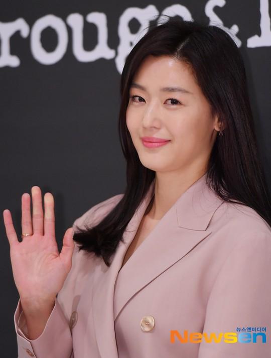 Mợ chảnh Jeon Ji Hyun gây náo loạn vì nhan sắc cực phẩm tại sự kiện, nhưng netizen lại chỉ chú ý đến chiếc nhẫn - Ảnh 7.