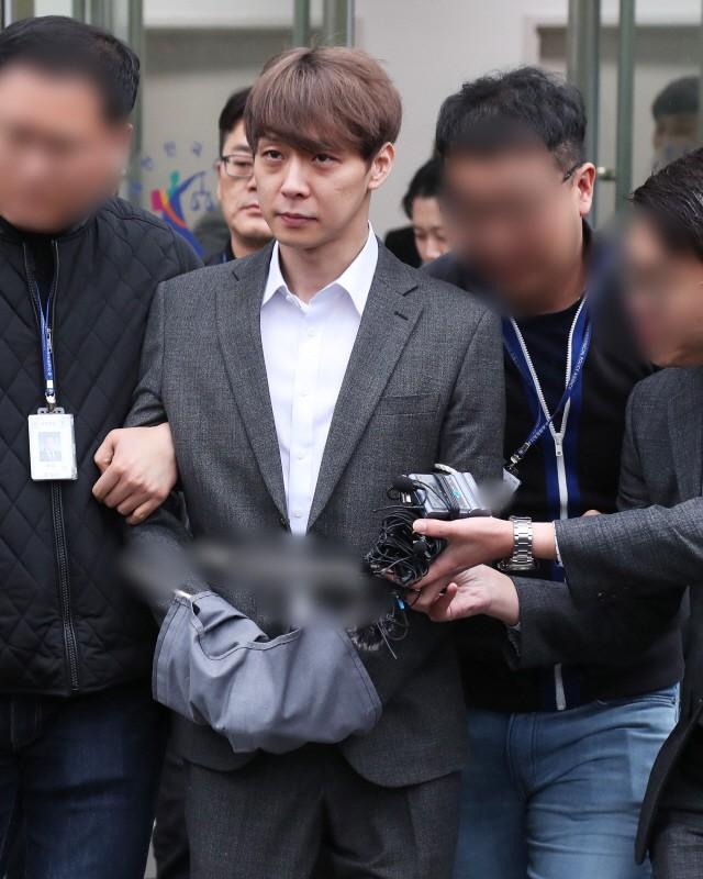 Yoochun chính thức bị bắt vì tội sử dụng ma túy: Khi đến tươi tỉnh khi về tiều tuỵ, tay bị còng và trói bằng dây thừng - Ảnh 6.