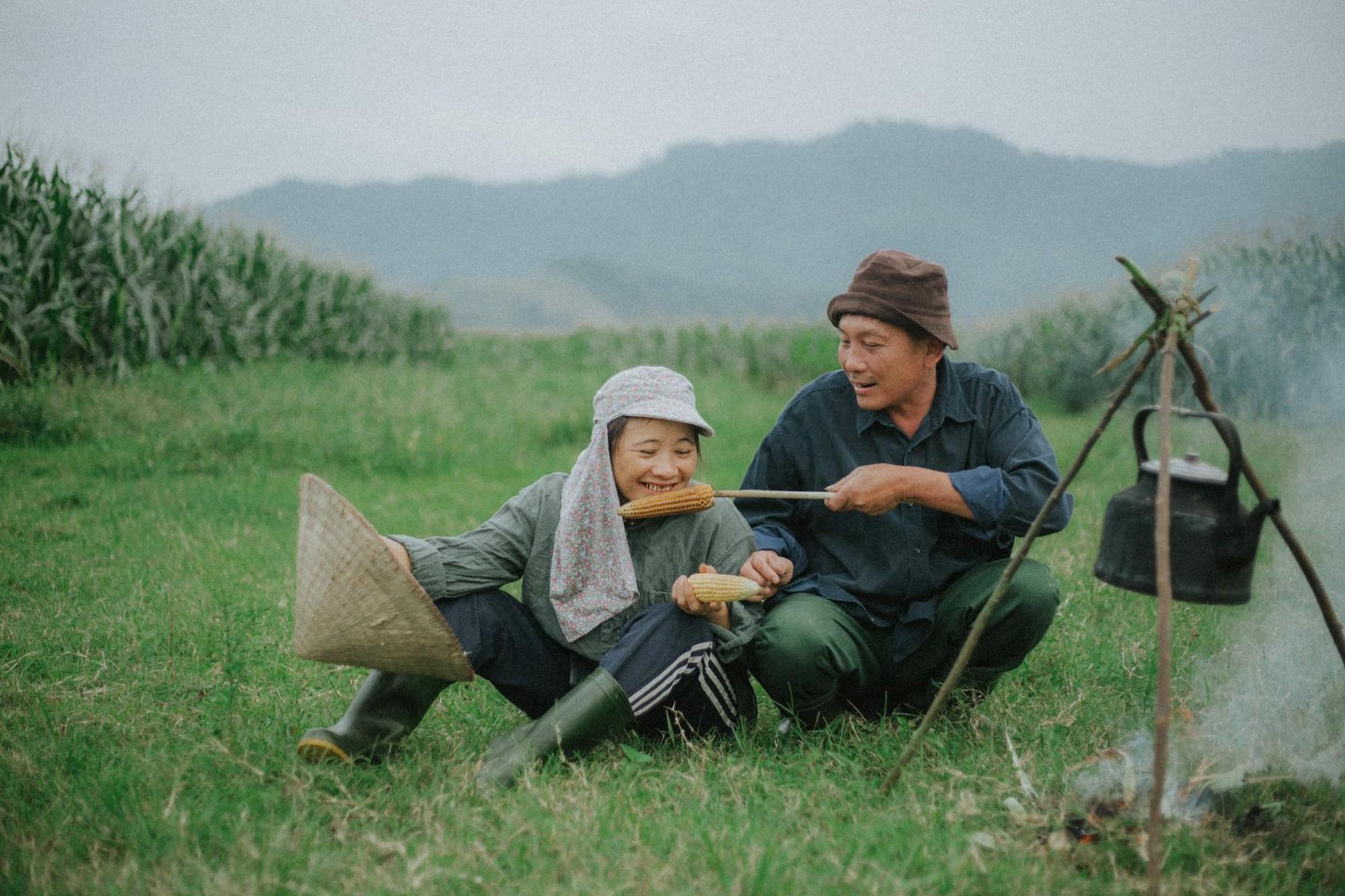 Bộ ảnh con trai chụp bố mẹ trên cánh đồng khiến ai cũng bất giác mỉm cười  vì quá đỗi bình yên