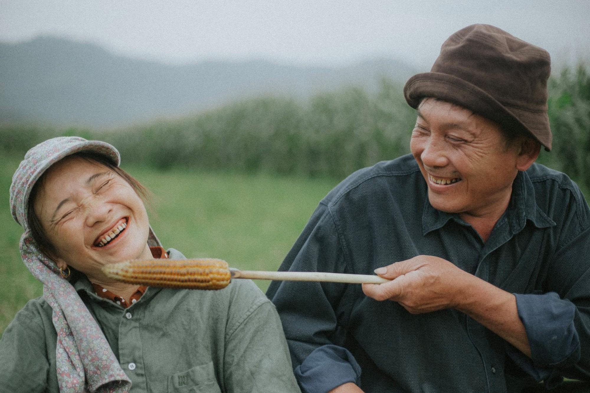 Bộ ảnh con trai chụp bố mẹ trên cánh đồng khiến ai cũng bất giác mỉm cười vì quá đỗi bình yên - Ảnh 4.
