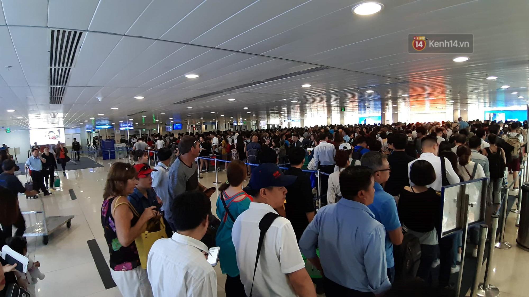 Chùm ảnh khó thở trước kỳ nghỉ lễ: Sân bay Tân Sơn Nhất ùn tắc từ ngoài vào trong - Ảnh 10.