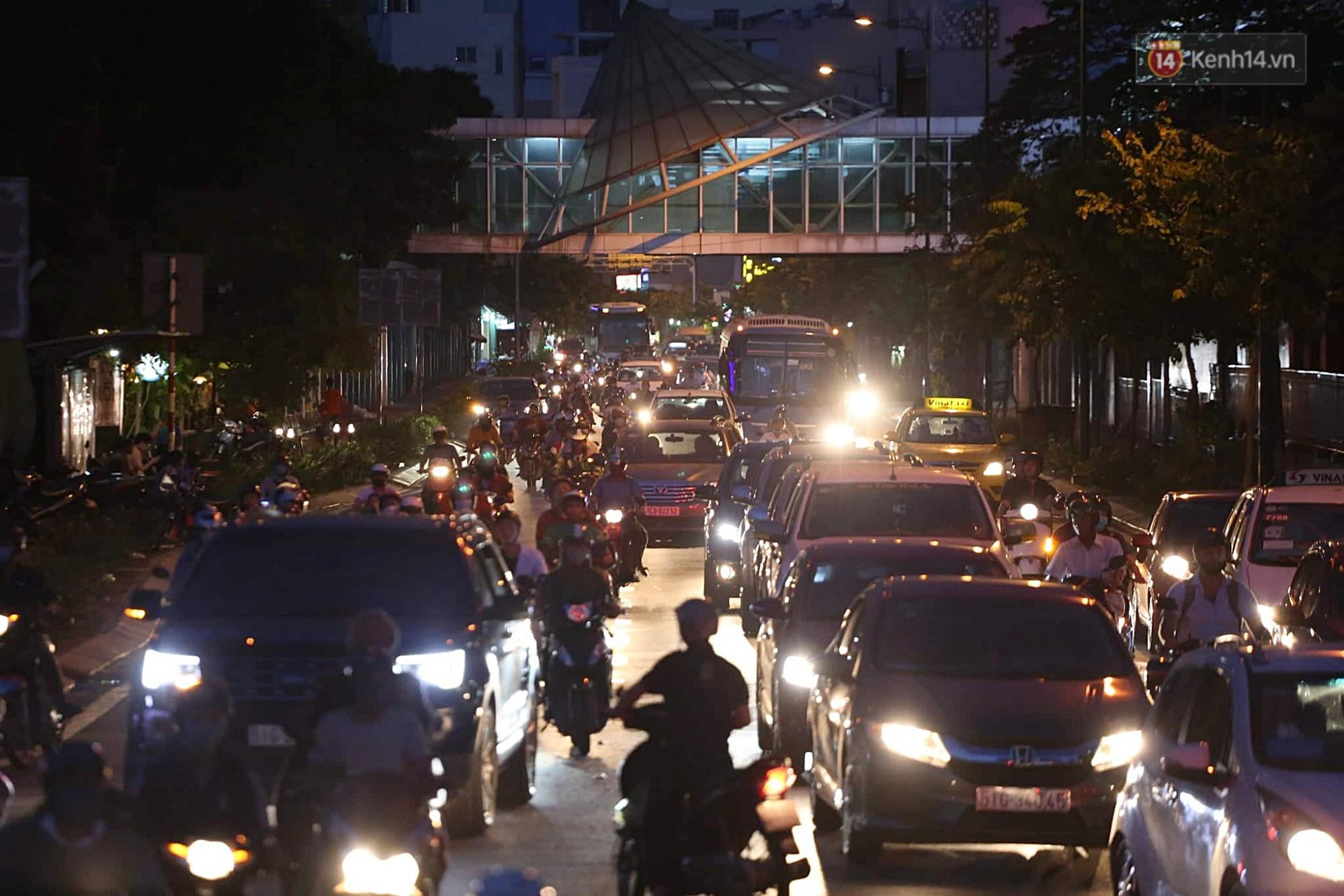 Chùm ảnh khó thở trước kỳ nghỉ lễ: Sân bay Tân Sơn Nhất ùn tắc từ ngoài vào trong - Ảnh 9.