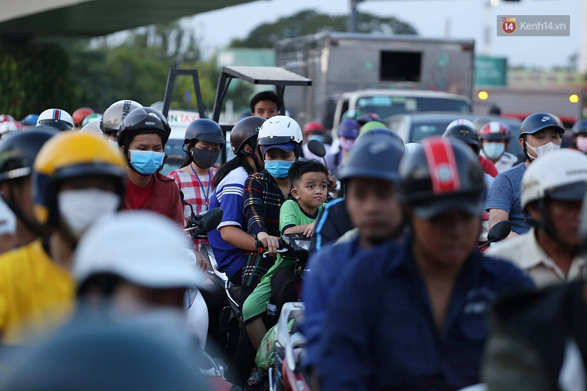 Chùm ảnh khó thở trước kỳ nghỉ lễ: Sân bay Tân Sơn Nhất ùn tắc từ ngoài vào trong - Ảnh 4.