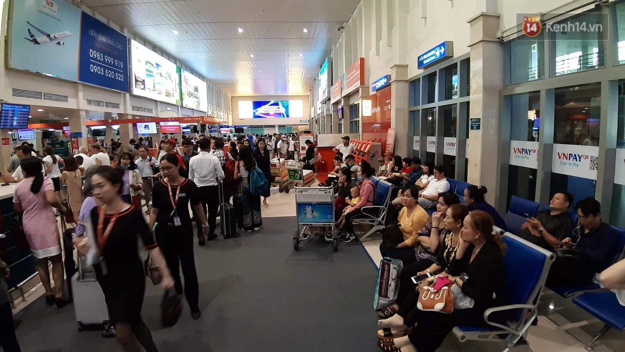 Chùm ảnh khó thở trước kỳ nghỉ lễ: Sân bay Tân Sơn Nhất ùn tắc từ ngoài vào trong - Ảnh 12.