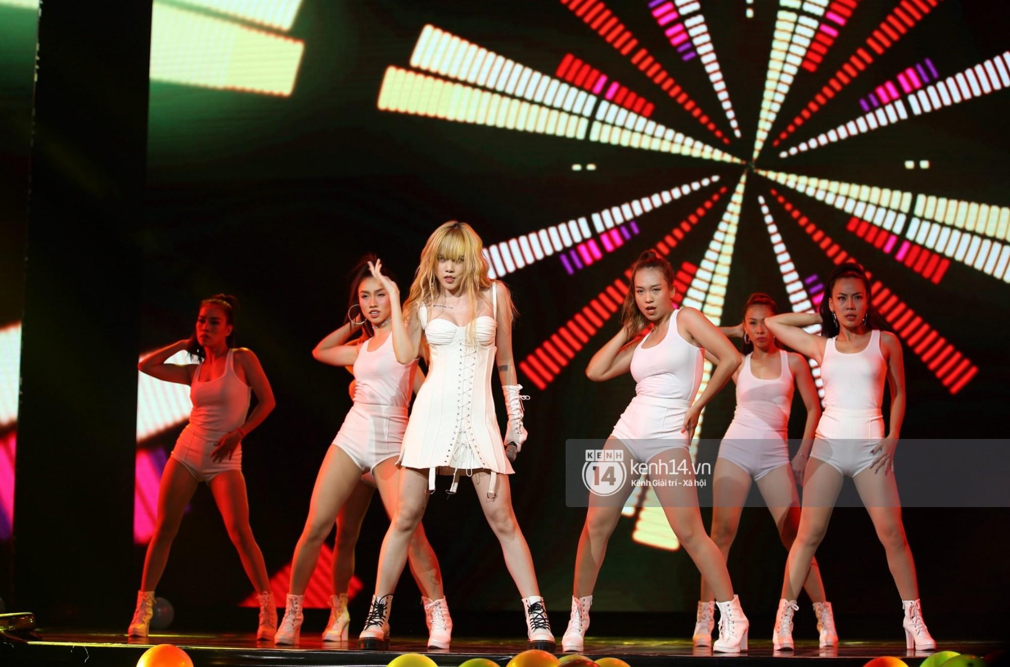 Red Velvet và Weki Meki sexy khó cưỡng, Jeong Sewoon như lãng tử bên dàn sao Vpop tại show âm nhạc Hàn - Việt - Ảnh 14.