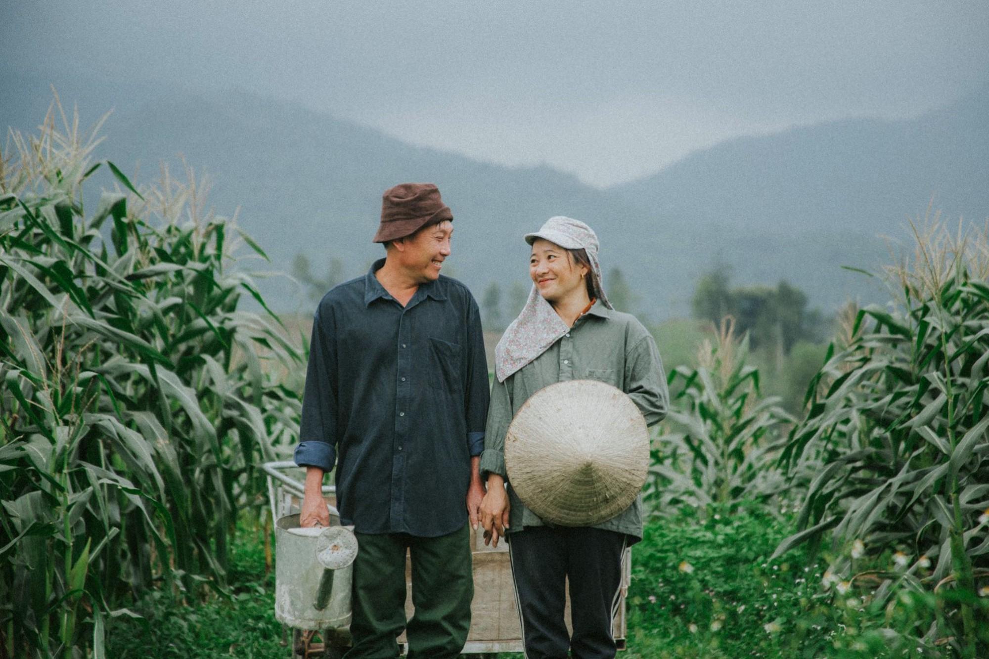 Bộ ảnh con trai chụp bố mẹ trên cánh đồng khiến ai cũng bất giác mỉm cười vì quá đỗi bình yên - Ảnh 2.