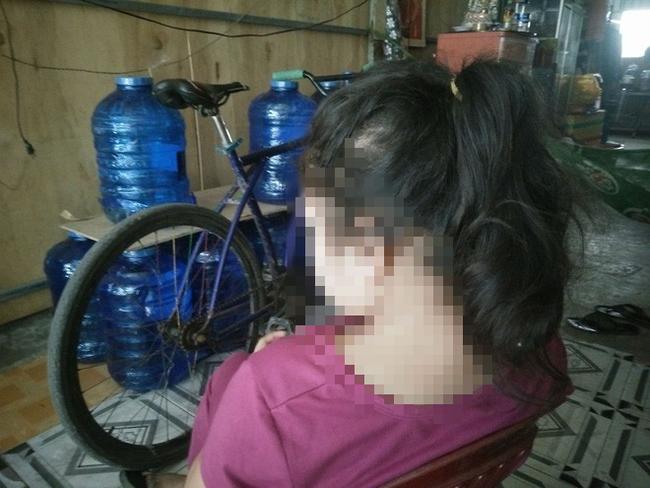 TP.HCM: Bé gái 11 tuổi trong 2 năm nghi bị 2 ông già xâm hại, bố mẹ nghèo bất lực không thể đòi công bằng cho con - Ảnh 1.