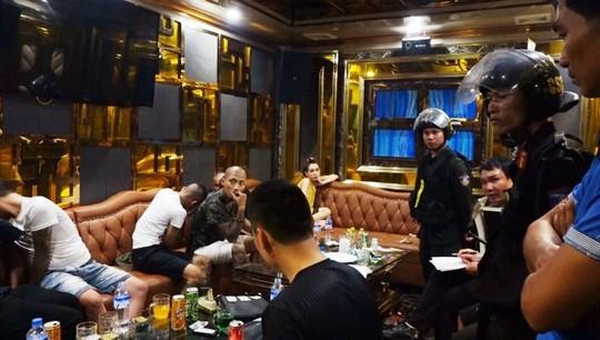 Hơn 120 công an ập vào quán karaoke và khách sạn, bắt hàng chục đối tượng gái gọi và bay lắc - Ảnh 1.