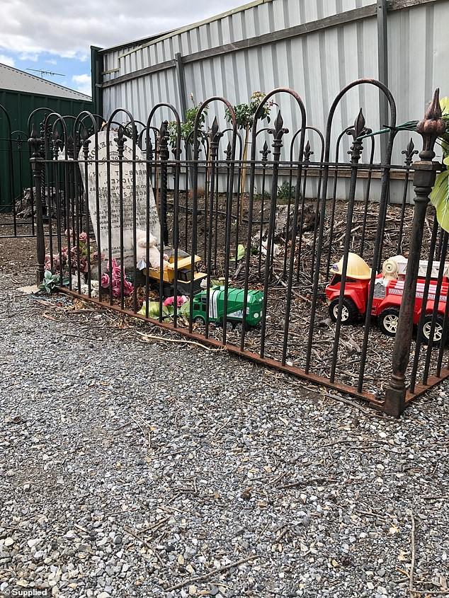 Bí ẩn thú bông và đồ chơi xuất hiện đều đặn trước ngôi mộ cậu bé 2 tuổi qua đời từ 134 năm trước - Ảnh 2.