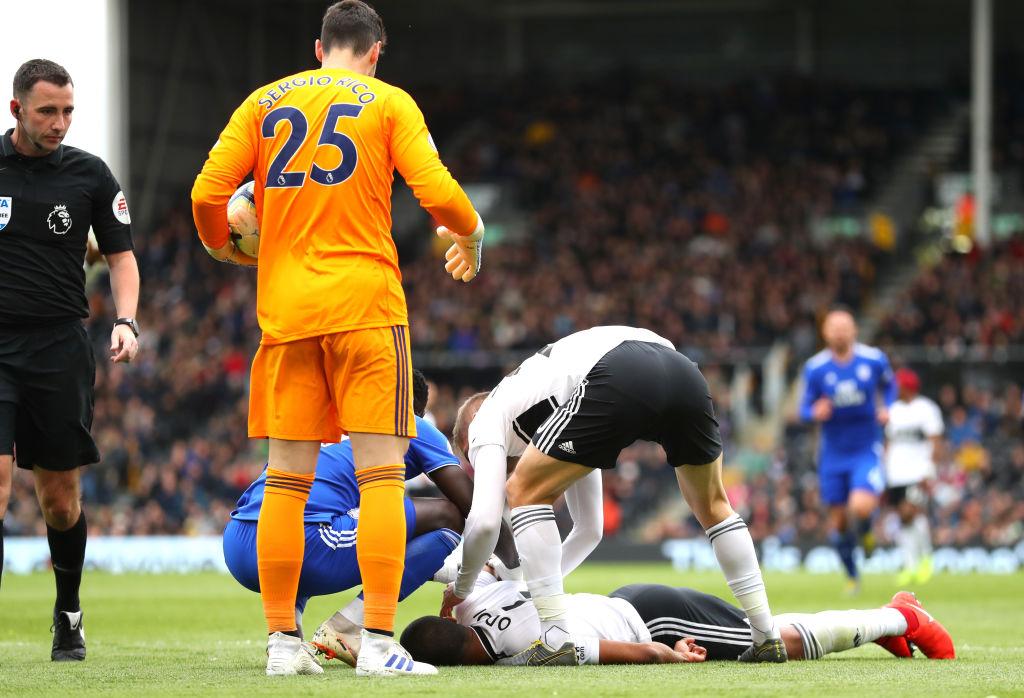 Kinh hoàng hình ảnh cầu thủ đổ gục xuống sân bất động sau khi bị đồng đội đá vào mặt - Ảnh 3.