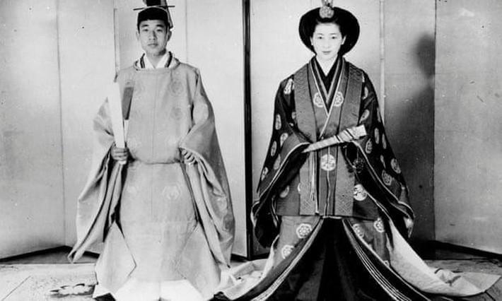 Nhật hoàng Akihito - vị hoàng đế rũ bỏ hình tượng bất khả xâm phạm để đi vào lòng dân và những dấu ấn không thể nào quên trong 30 năm trị vì - Ảnh 3.