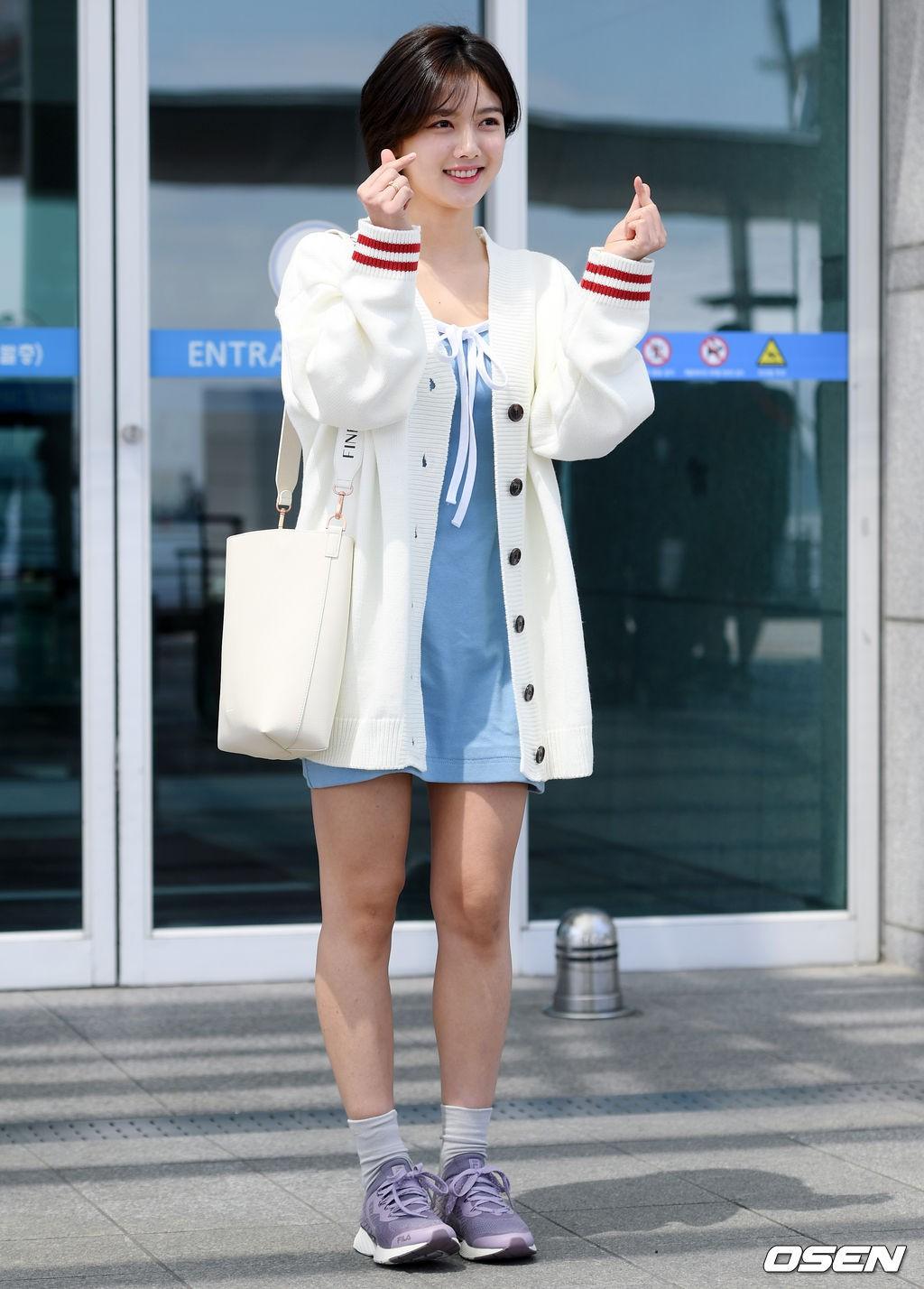 Sao nhí một thời Kim Yoo Jung quá xinh sau khi cắt tóc, Song Hye Kyo gây chú ý vì liên tục che bụng tại sân bay - Ảnh 5.