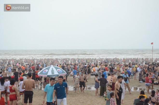 Ảnh: Biển Sầm Sơn đục ngầu, hàng vạn người vẫn chen chúc vui chơi dịp lễ 30/4 - 1/5 - Ảnh 10.