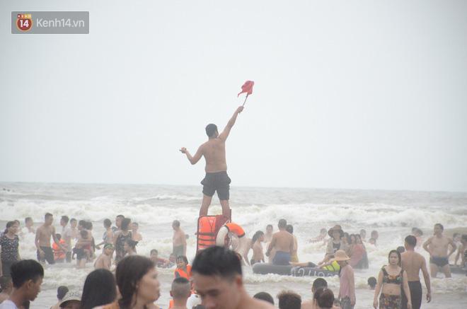 Ảnh: Biển Sầm Sơn đục ngầu, hàng vạn người vẫn chen chúc vui chơi dịp lễ 30/4 - 1/5 - Ảnh 13.