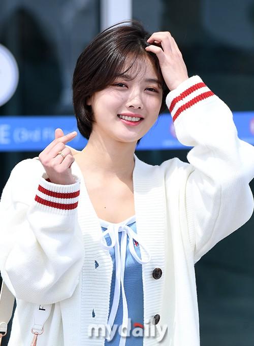 Sao nhí một thời Kim Yoo Jung quá xinh sau khi cắt tóc, Song Hye Kyo gây chú ý vì liên tục che bụng tại sân bay - Ảnh 9.