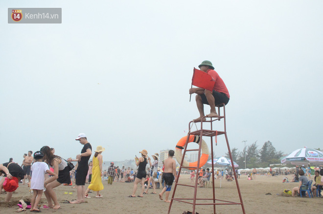 Ảnh: Biển Sầm Sơn đục ngầu, hàng vạn người vẫn chen chúc vui chơi dịp lễ 30/4 - 1/5 - Ảnh 8.