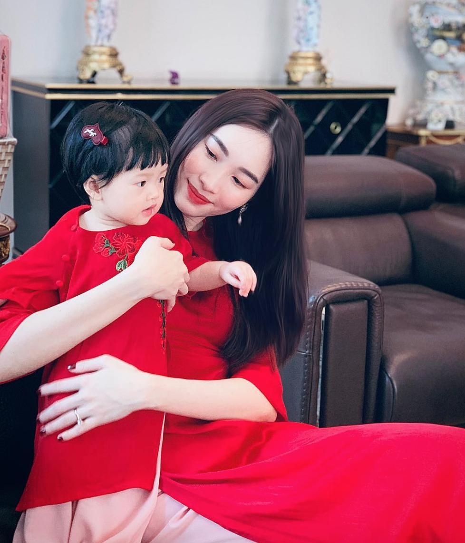 Hoa hậu Đặng Thu Thảo khiến dân tình chú ý khi lên đồ sang chảnh ngồi trông con ngày lễ - Ảnh 5.
